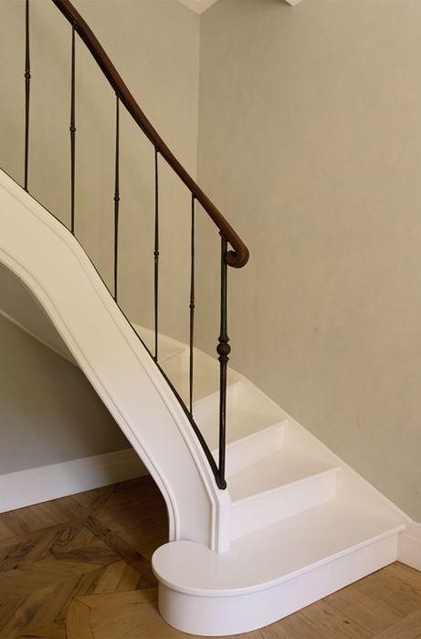 La scala, dall'andamento sinuoso ed elegante, in legno con corrimano in ferro battuto, è stata realizzata ex novo su disegno. Living Corriere