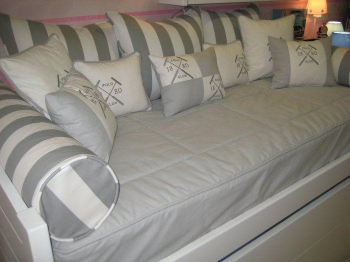 Tapiceria Polo Tapiceria para cama nido compuesta de edredón ajustable con loneta gris, 3 cojines para el respaldo de 65x50 y 2 rulos con loneta de rayas gris y blanco roto.  Para cama de 90x190. Tambien lo realizamos por encargo en la medida que necesite. Consultenos.  Composición 100% algodón, lavable.  Nota. los cojines pequeños van por separado. Consulte precios.