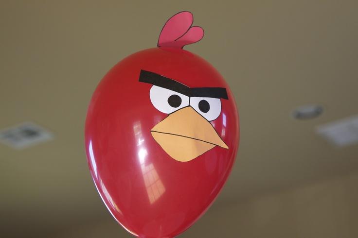 Convierte sencillos globos de látex en figuras Angry Birds con imagenes impresas - via www.fiestafacil.com / Convert simple latex balloons into Angry Bird figures with printables - via www.fiestafacil.com