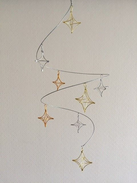 星のオーナメントがらせん状に連なっているモビールです。 そっと横に回すと、しばらくゆっくり回っています。 直径 約20cm 長さ 約40cm 重さ 約20g 素材 針金、アルミワイヤー 他