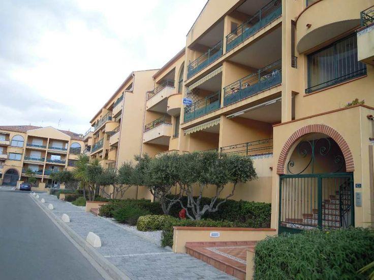 Valras plage, bel appartement T3 de 56 m2 au 1er étage d'une résidence récente et sécurisée. Séjour, cuisine équipée, 2 chambres, wc, salle de bains. Patio, terrasse, garage et parking.