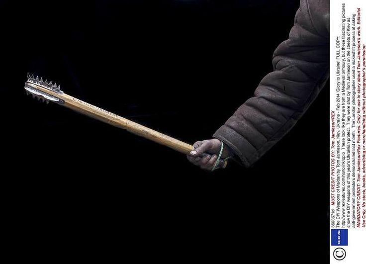 Med hemsnickrade vapen tog sig många av ukrainarna ut på gator och torg för att möta kravallsköldar och prickskyttegevär. Fotografen Tom Jamieson förevigade vapnen som fällde en regim mitt under pågående revolution.