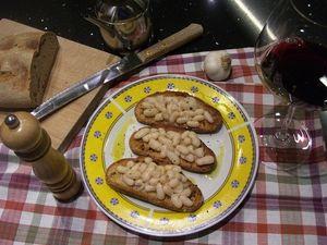Economici, veloci e genuini. I crostoni con fagioli cannellini sono un piatto tipico della tradizione toscana. Ideali sia come antipasto che come aperitivo.