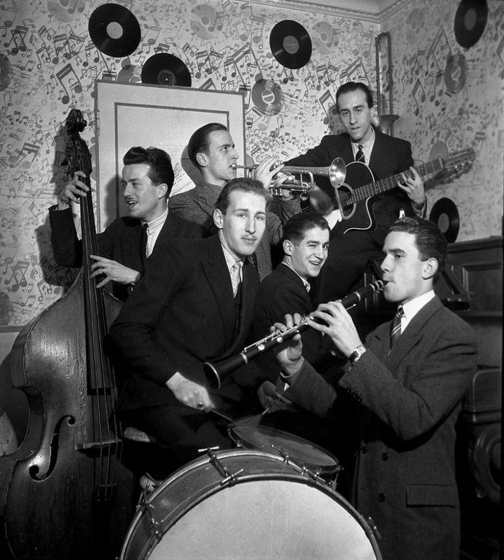 Robert Doisneau // Saint Germain des Prés - Orchestre de Claude Abadie - Boris Vian à la trompette Alain Vian à la batterie Lelio Vian à la guitare 1945