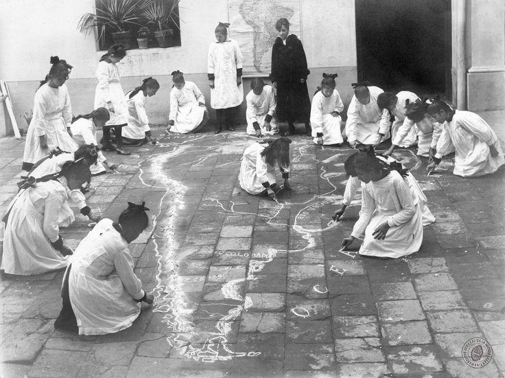 Девочки рисуют мелом карту Южной Америки на уроке географии. Республика Аргентина. 1930 год.