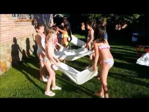 Juegos manteando globos de agua