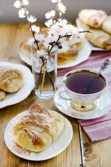 Frühstück auf der Terrasse. Bei den ersten Sonnenstrahlen. Balkon. Frühling. Croissant. Tee.