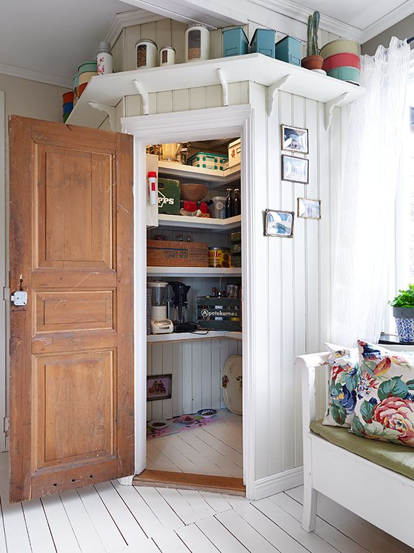 Practical pantry in a nook. of alles wat vir entertainment is - borde, messe vurke ect,