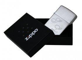 Ein Zippo mit Gravur als besonderes Geschenk für Raucher. Vor allem Männer werden es lieben. Es ist ✓ edel ✓ persönlich und ✓ stilvoll. Jetzt verschenken!