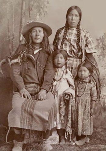 Le peupleMandanest une tribu d'amérindiensqui vivaient historiquement sur les rives duMissouriet de deux de ses affluents, laHeart Riveret laKnife River, dans les états actuels duDakota du…