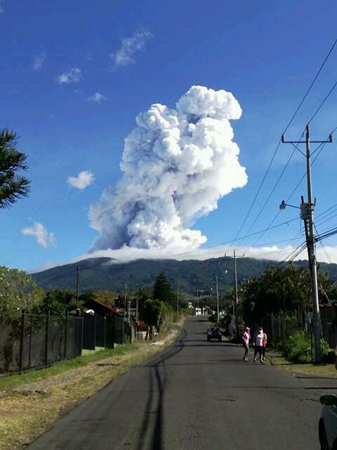 Volcán Poás registra erupción de más de 3 kilómetros de altura