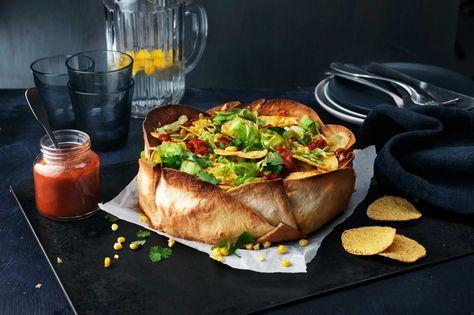 Recept på en frasigt god tacopaj med tortillabröd som botten.