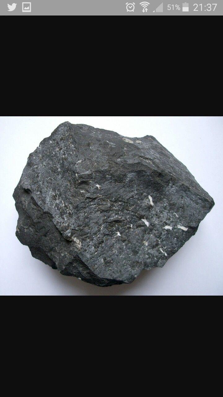 Basalto Se compone mayormente de piroxeno y olivino, con un alto contenido de hierro y cantidades menores de feldespato y cuarzo. Es la roca más abundante en la corteza terrestre, formada por enfriamiento rápido del magma expulsado del manto por los volcanes. Es común que la roca expuesta a la atmósfera se meteorice.