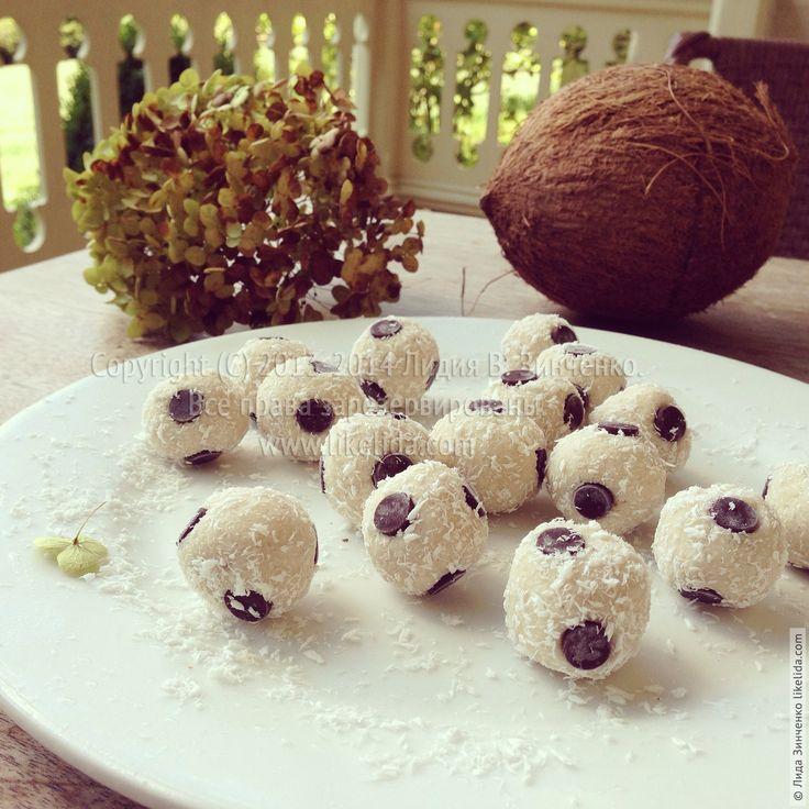 """Знаете, я всегда храню в морозилке маленькие сладости, как говорят в Америке """"bite size""""/ на один укус, ведь никогда не знаешь, когда захочется чего-то сладенького. Сегодня представляю Вам рецепт кокосовых …"""