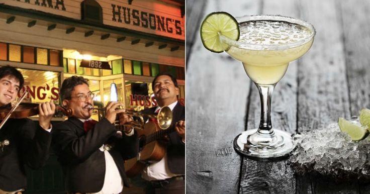 """Hay muchas versiones sobre el origen de la Margarita, el coctel más popular del mundo, aunque todas ubican su origen en México. Algunos aseguran que surgió en Ciudad Juárez, en el Club Kentucky inaugurado en 1920, gracias al barman Lorenzo Hernández que una noche improvisó una bebida hecha a base de tequila, ron de naranja y limón para una mujer a la que deseaba enamorar. Cuando ella le preguntó el nombre de la bebida, el hombre respondió: """"se llama como usted, Margarita""""."""
