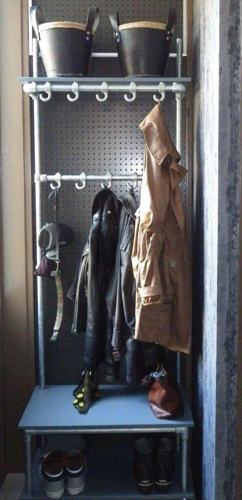 Mijn eigen mooie steigerbuis kapstok op stoere wieltjes. Eindelijk een praktisch alternatief voor de deur van de meterkast.