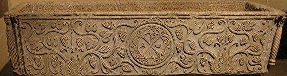 Chrisme entouré des lettres alpha & oméga, sur la cuve d'un sarcophage - VIe siècle.