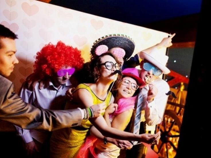 Bal sylwestrowy w wykonaniu zespołu Obsesja Band wraz z konkursami (przewidziane nagrody!)  fotobudka pozwalająca uwiecznić najbardziej zwariowane momenty zabawy a w nowy rok - pokaz tańca latynoamerykańskiego, do którego będą mogli dołączyć uczestnicy balu. Krótko mówiąc - Centrum wypoczynkowe Borek ok. 50km od Krakowa zadba o to aby ten sylwester był niezapomnianym przeżyciem.