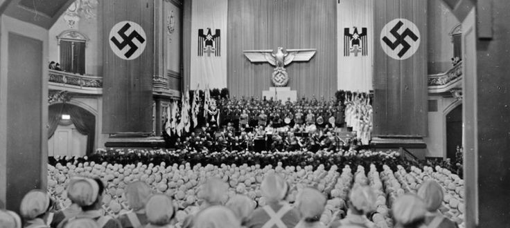 Enfermeras de la Cruz Roja reunidas en Berlín para su toma de juramento ('Las arpías de Hitler')