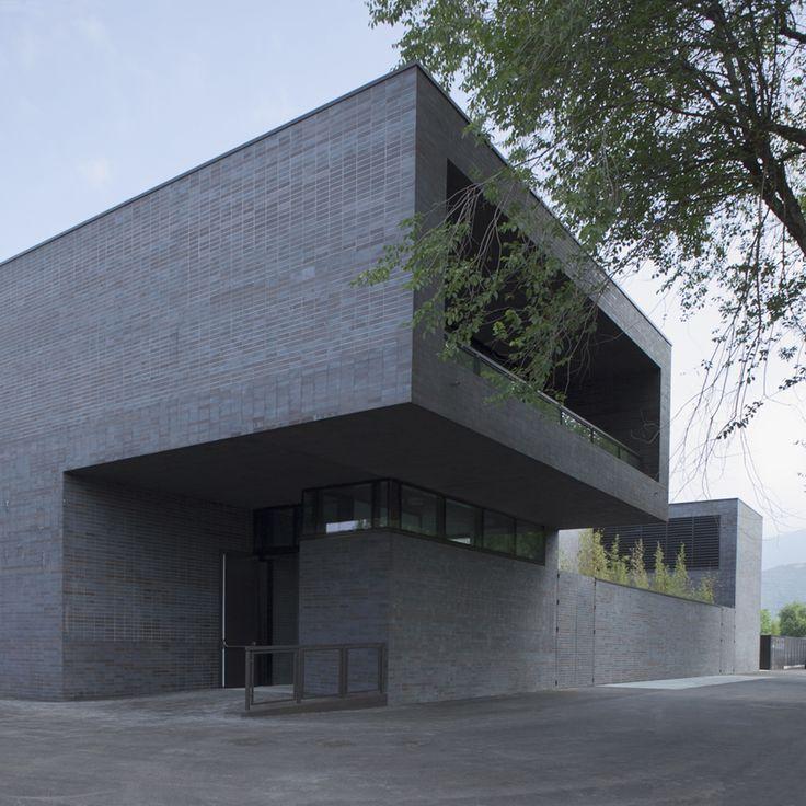 Nuevo centro de natación en Brescia por ABDArchitetti. Fotografía © Alessandro Galperti. Señala encima de la imagen para verla más grande.