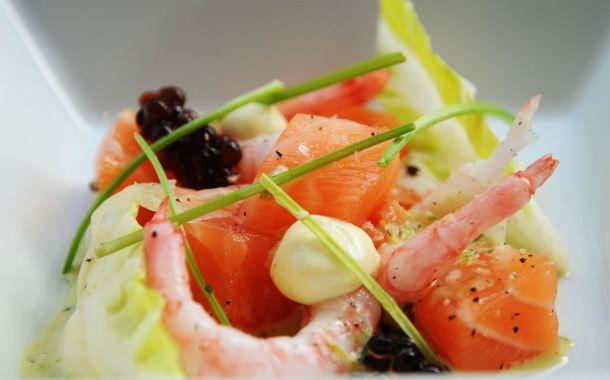 Grov tartar på rimmad salmalax med färska räkor, ingefära, koriander och krispiga grönsaker
