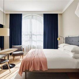 Het recent geopende hotel 11 Howard in Soho brengt Scandinavisch design samen met de rauwe en industriële stijl van New York. Space Copenhagen is verantwoordelijk voor het interieur van het designhotel en de bar.