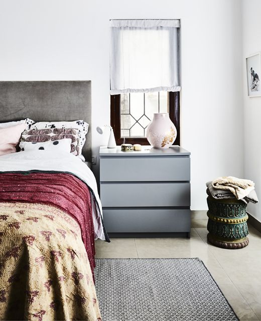 Camera da letto con mobili grigi e tessili dai colori accesi ...