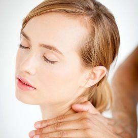 I massaggi specifici per la cervicale  Con un ciclo di 5 massaggi un paio di volte all'anno puoi dimezzare il consumo di farmaci. Sono quattro i movimenti su cui puntare.  «Le percussioni, cioè le picchiettature rapide e veloci, stimolano la circolazione del sangue e aumentano la concentrazione di sostanze antinfiammatorie come il cortisolo» spiega Misaggi. «Poi esistono le vibrazioni, che sciolgono le contratture e sono antidolorifiche. Mentre impastamenti e sfregamenti rinforzano le…