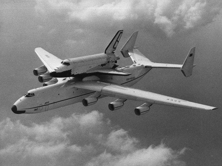 """В 1989 году """"Мрия"""" доставила на ависалон в Ле-Бурже, советский космический челнок """"Буран"""". Когда самолет Ан-225 с """"Бураном"""", выполнял показательный полет то после его завершения публика долго аплодировала. Таких аплодисментов были удостоены только Ан-225 и Су-27.  Французы занимали очередь с утра, чтобы вечером посмотреть самолет Ан-225 внутри."""