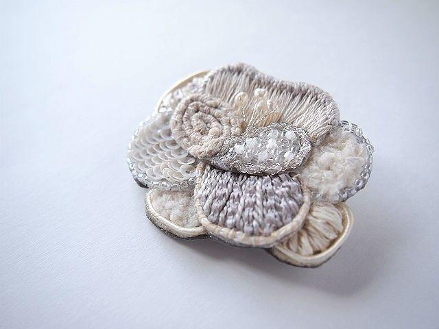 papillon 刺繍 ブローチ   HandMade in Japan 手仕事の新しいマーケットプレイス iichi
