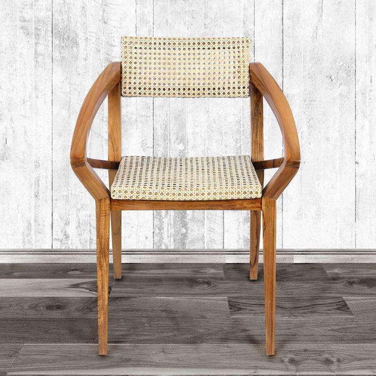 Kursi yang dirancang dengan cerdik ini menggabungkan kaki dan lengan siku untuk menghasilkan kursi yang diinginkan dengan tampilan yang sangat menarik. Pengrajin yang sangat terampil dari Jawa Tengah menggunakan material kayu jati dari perkebunan kayu dan merakit bingkai kursi dengan sendi yang bagus dan kuat, memastikan kenyamanan dan pemakaian yang tahan lama. Bagian sudut kursi yang digabung dengan sandaran kursi dan dibentuk sanadaran yang tinggi untuk menambah kenyamanan yang…