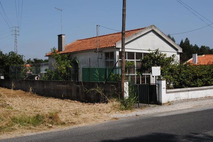 Moradia V2 com quintal - a 1 km do centro da cidade de Caldas da Rainha  Localizada em zona sossegada, a 3 minutos da A8, a 10 minutos de Óbidos e a 15 minutos das praias da região.