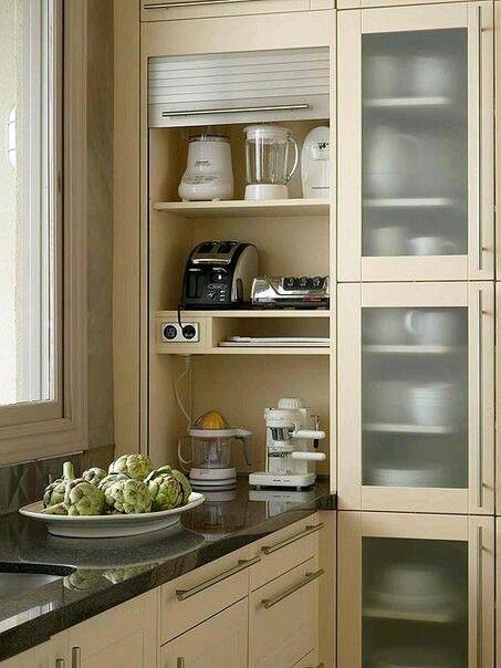 Мелкая кухонная технику в шкафчике на основе столешницы. Рооетная подьемная дверца. Розетки.