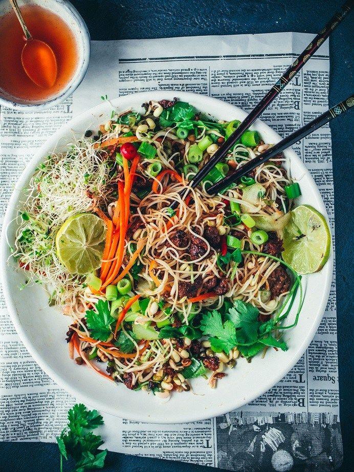 Vietnamlainen karamellisoitu nyhtökaura-nuudelisalaatti (V) – Viimeistä Murua Myöten