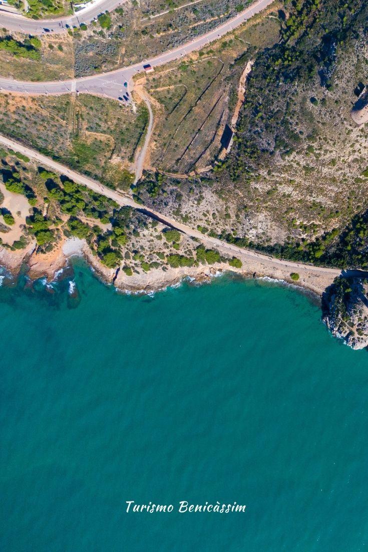 𝐋𝐚 𝐑𝐮𝐭𝐚 𝐝𝐞 𝐥𝐚 𝐕𝐢́𝐚 𝐕𝐞𝐫𝐝𝐞. Es un recorrido de unos 6 km (12km ida y vuelta en llano) que consta de de un carril para circular andando (o corriendo) y otro para bicis, y que va desde Benicàssim hasta Oropesa del Mar. Una ruta que bordea el mar Mediterráneo y en la que podrás disfrutar de espectaculares vistas. #Benicàssim #BenicàssimMeGusta #VíaVerde #Ruta #Senderismo #Bici #Deporte #Salud #Mar #Mediterráneo #Calas #Playa #LaRenegá #ComunidadValenciana Costa, Tourism, Mediterranean Sea, Hiking Trails, Natural Playgrounds, Town Hall, Calla Lilies