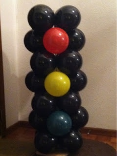Super cute stop light made out of balloons for Cars theme birthday party