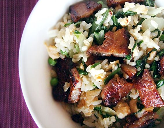 Speklapjes gebakken in een Aziatische marinade geserveerd bij gebakken rijst. Een snelle makkelijke maaltijd waarmee je oneindig kan variëren.