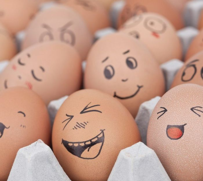 lustige Eier mit Gesichter voller Freude Eier mit Filzstift bemalen