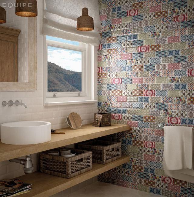 une mosaïque multicolore et une vasque ronde et blanche dans la salle de bains