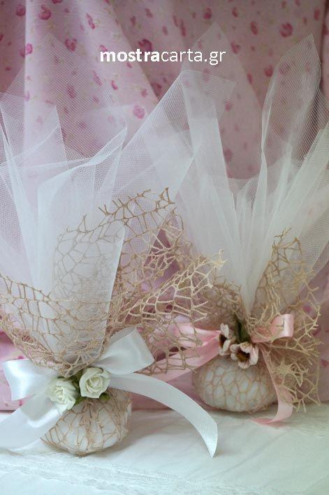μπομπονιέρα γάμου τούλινη με δίχτυ και λουλούδια