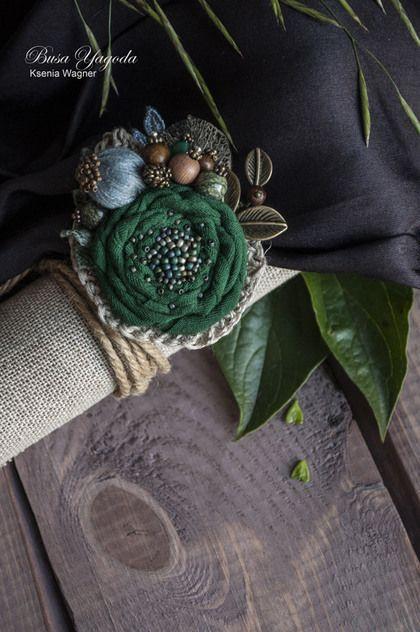 Купить или заказать Брошь ручной работы 'Хвойный лес' в интернет-магазине на Ярмарке Мастеров. Небольшая брошь в виде композиции из цветка, декорированного букетом лесных сокровищ - шишкой, чудо-бусиной, похожей на соцветие растений, бусинками из змеевика и дерева. Украшена веточкой с листьями и маленькой ягодкой. Серебряным крупным листочком, кружевной и вязаной тесьмой. Центр броши вышит японским бисером - серебристым, сине-зеленым, серым , немного фиолетового.