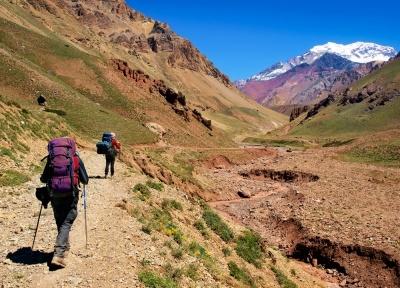 Turistas sobem as montanhas de um dos vários vales chilenos, uma das aventuras da região