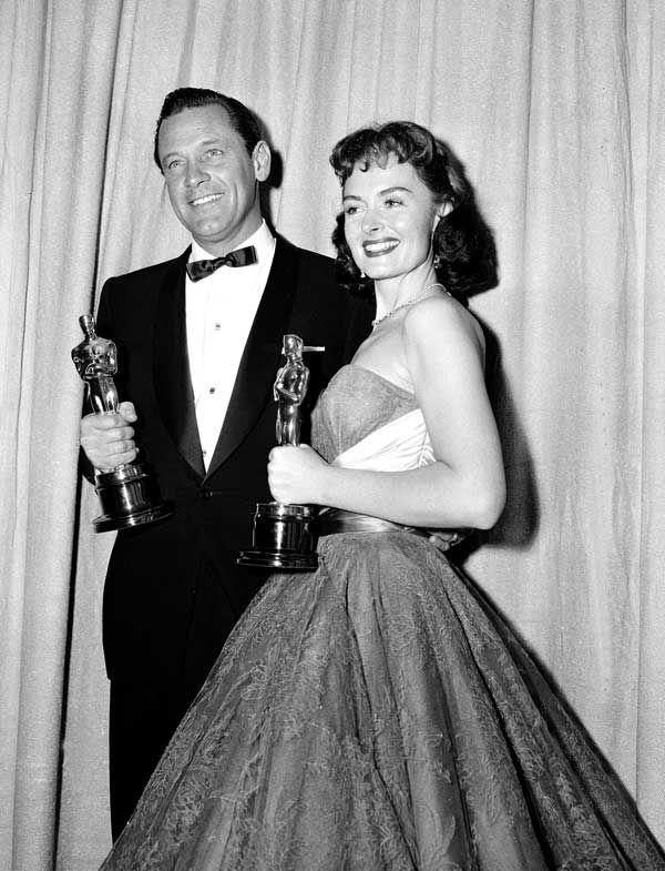IlPost - 1954 - William Holden, Stalag 17 - L'inferno dei vivi. Nella foto, Holden con Donna Reed, Miglior attrice non protagonista per Da qui all'eternità.  (AP Photo)