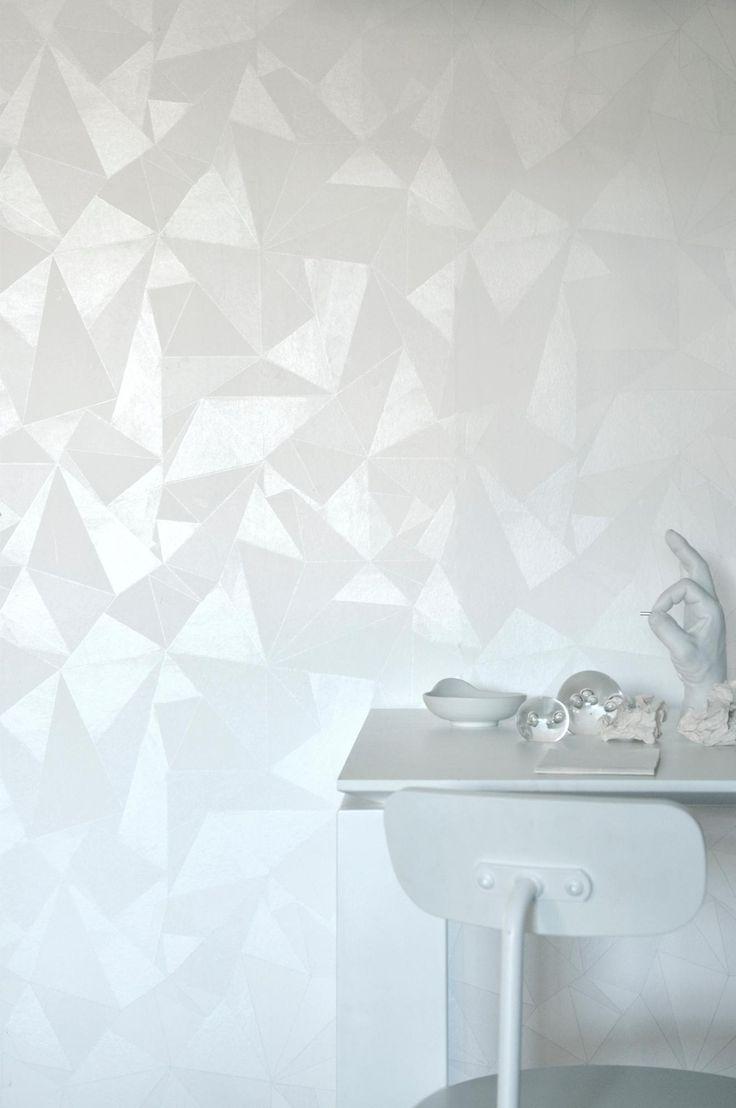Grafiskt mönster med olikformade trianglar i vattenfärger som blev utnämnd till årets tapet i Sverige 2013 av tidningen Elle Decoration. Blandningen av matta och blanka tryckfärger gör att tapeten ändrar uttryck beroende på hur ljuset faller på väggen och vilken tid på dagen det är. Lika fin att tapetsera hela rummet med som att göra en fondvägg. Origami är en non woventapet, vilket gör tapetseringen enklare genom att du stryker limmet direkt på väggen och sedan sätter upp tapeten. Ett…