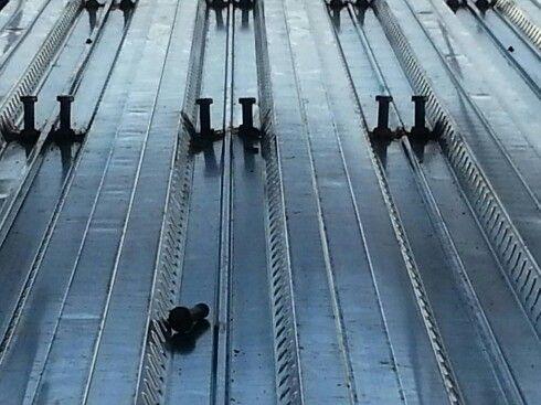 BETON ALTI TRAPEZ SAC NEDIR  Eurodeck Beton altı trapez sac 70/980, kompozit döşeme trapezi 70 mm hadve yüksekliği ve gelişmiş form özellikleriyle beton ve çelik arasında mükemmel kompozit bütünlük sağlar. Bu yolla yüksek yapısal verim elde edilir ve taşıma kapasitesi maksimum kılınır. Profilin efektif formu kompozit döşeme tasarımları için mükemmel seçenekler yaratır. Kabartmalar; Birbirine zıt yönlerde ve hadvelerin her iki tarafındaki yükseltilmiş yatay kabartmalar, çelik ve sertleşmiş…