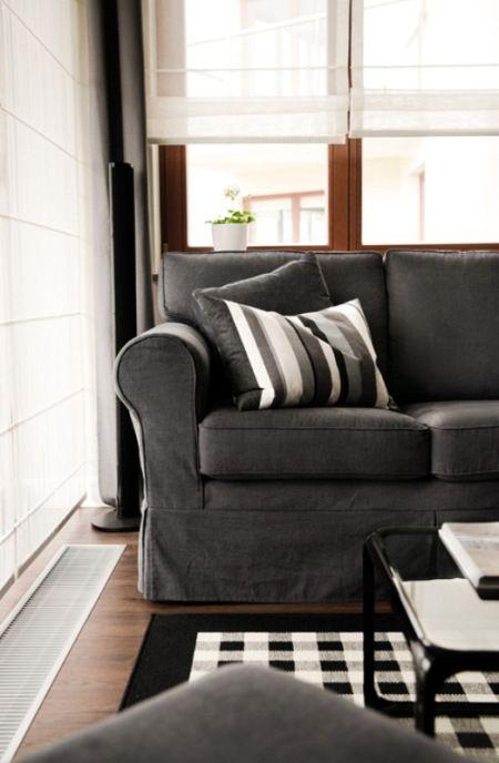 suelo de parquet oscuro sillas kartell sillas de diseño perchero eames decoración pared ladrillo visto muebles de diseño mobiliario almacena...