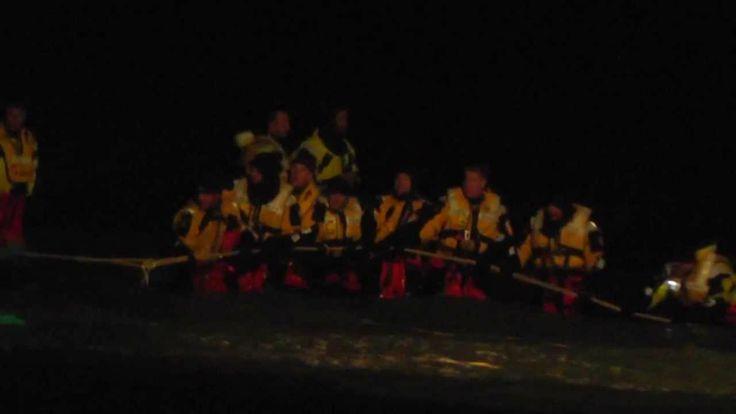 Donderdagavond 13 december 2012 Met man en macht proberen de mannen van de KNRM een net rond en onder de bultrug te krijgen. De beelden zijn van deckhand Olle van charterboot het Sop