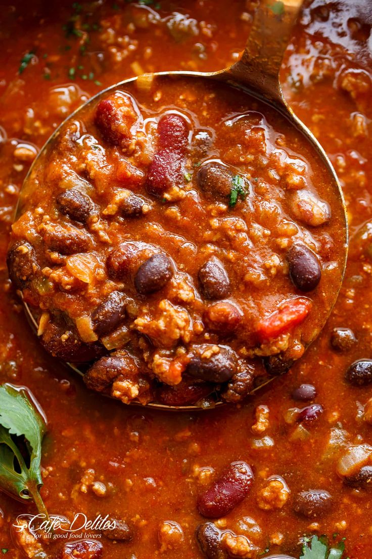 Beef & Bean Jalapeño Chili is one of the best and easiest chili's ready in under 30 minutes!Full of ground beef, beans andJalapeño peppers!
