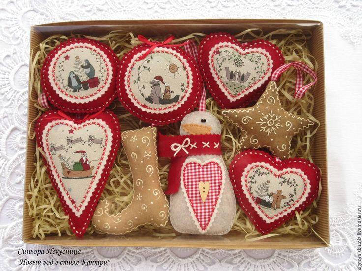 Купить или заказать Новогодний набор игрушек 'Новый год, Кантри, Пряники ' в интернет-магазине на Ярмарке Мастеров. Яркий, праздничный набор елочных украшений из фетра и ткани 'Новый год в стиле Кантри'. Для пошива использован фетр (Италия panno), хлопок; сапожок и звезда сшиты из ткани, тонированы кофе и украшены контуром; подвес-петелька декоративная лента. Набор включает 8 игрушек: снеговика, 2 медальона, 1 большое сердечко, 2 маленьких сердечка, звезда и сапожок. Стоимость набора (из 8…