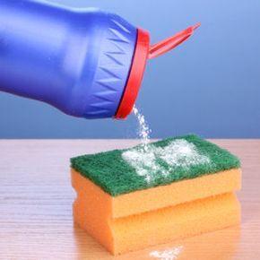 Une crème à récurer à base de sel et de bicarbonate de soude. Mélanger deux cuillères à soupe de bicarbonate de soude et deux cuillères à soupe de sel fin. Elle rajoute un peu d'eau du robinet pour mélanger le tout. Utiliser ce produit avec une éponge pour nettoyer sa salle de bains.